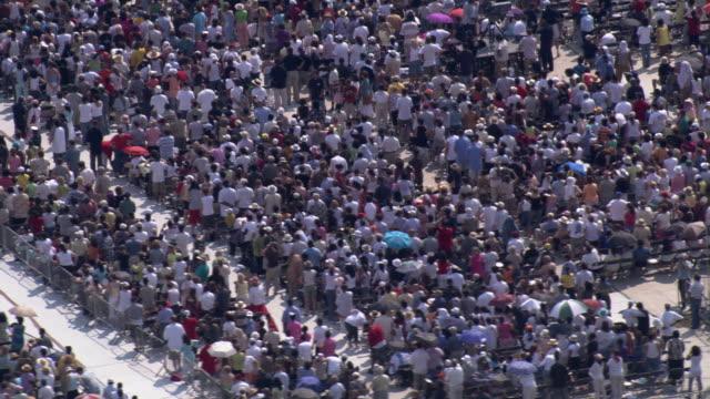 vídeos y material grabado en eventos de stock de slight zoom out from crowd at flushing meadows - flushing