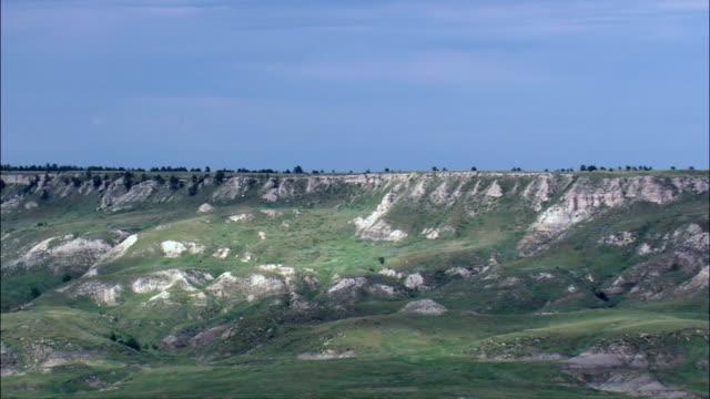 vidéos et rushes de slim buttes - vue aérienne - dakota du sud, comté de harding, états-unis - piton rocheux