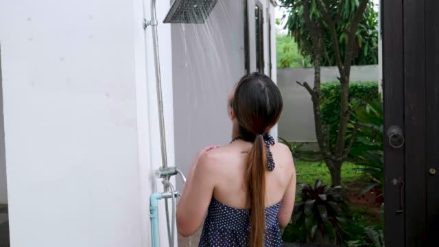 Schlanke Frau genießen Sie eine erfrischende Dusche