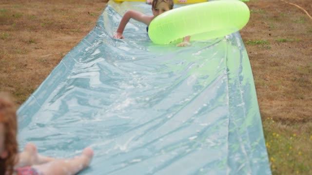 slip ' n' slide spänning - vattenrutschbana rutschkana bildbanksvideor och videomaterial från bakom kulisserna