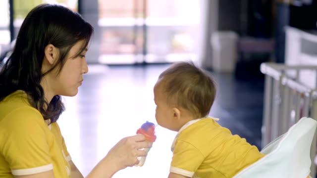 vidéos et rushes de slo mo: ne l'eau potable sur la chaise d'alimentation. - grognon