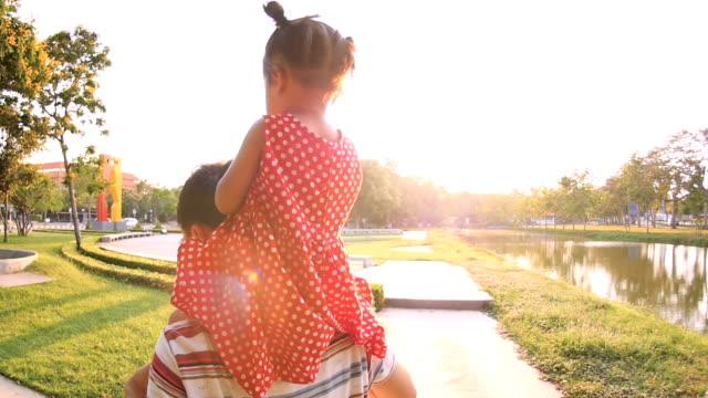 Slo-Mo Vater und Tochter zu Fuß im park