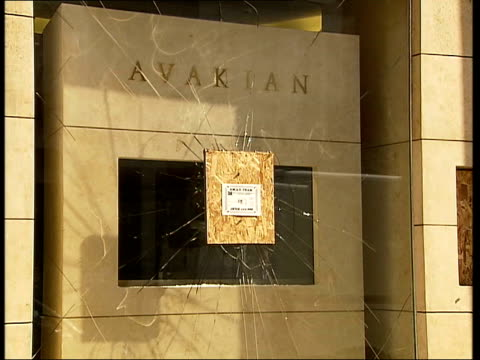 london sloane street ext general views of avakian jewellery shop with smashed window following raid - itv london lunchtime news stock-videos und b-roll-filmmaterial