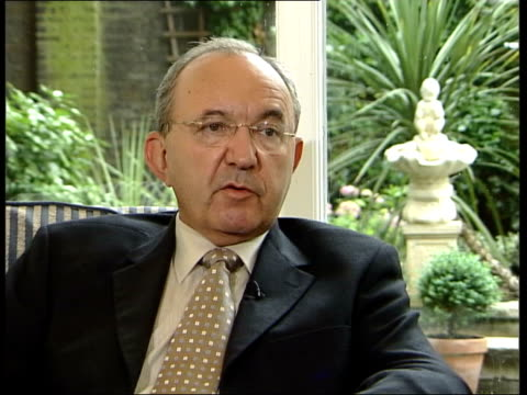 slobodan milosevic handed over to war crimes tribunal; itn location unknown int justice richard goldstone interview sot - people in superior command... - slobodan milosevic stock-videos und b-roll-filmmaterial
