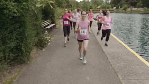 vídeos y material grabado en eventos de stock de conciencia del cáncer mama slomo ejecutar - asociación
