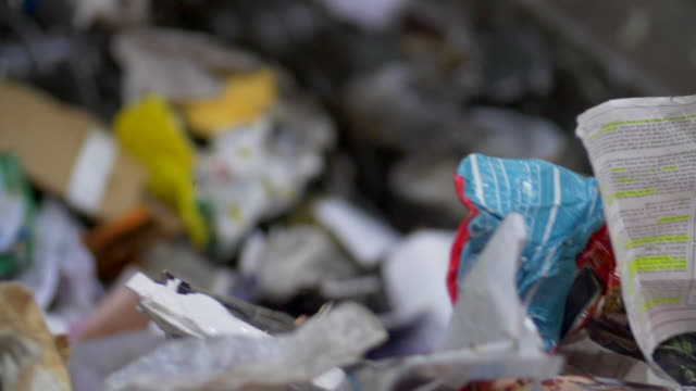vídeos de stock, filmes e b-roll de slo-mo close-up of waste plastics and recycling on as conveyor belt in a recycling plant - poluição do plástico
