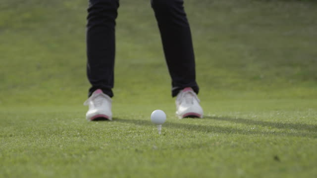 vídeos de stock e filmes b-roll de la cu slo-mo feet of female golfer and ball on tee, driver hits ball. red r3d 4k - golfe