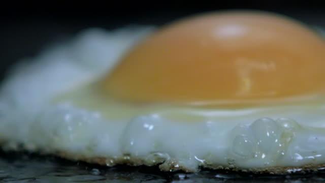 stockvideo's en b-roll-footage met slomo fried egg being cooked - gebakken ei