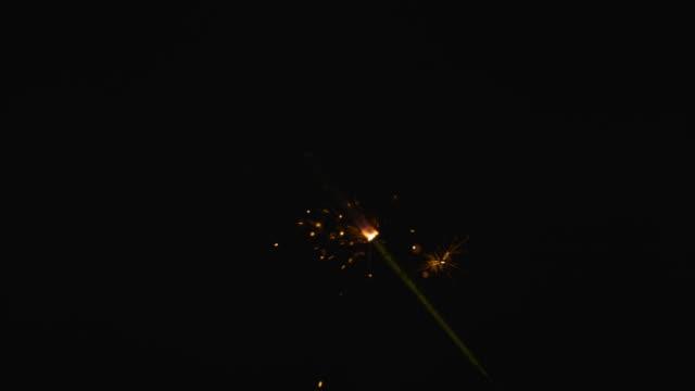 vidéos et rushes de slomo gold sparkler burning down - sparks