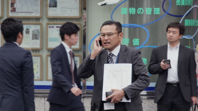 vidéos et rushes de slomo men wearing suits walking in tokyo - seulement des adultes