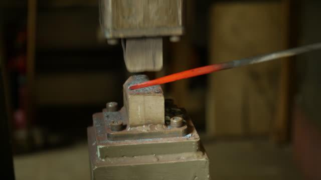 vídeos de stock e filmes b-roll de slomo metal object forged by power hammer - ferro metal