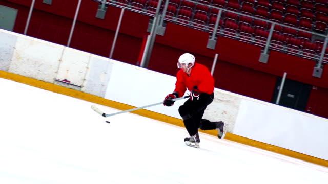 HD Slo-Mo Aufnahme von Ice Hockey Player-Skating mit Puck