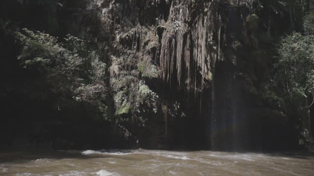 タクタイのスロモティロジョーの滝 - 最大点の映像素材/bロール