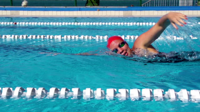 stockvideo's en b-roll-footage met hd slo-mo: young woman swimming front crawl - badmuts