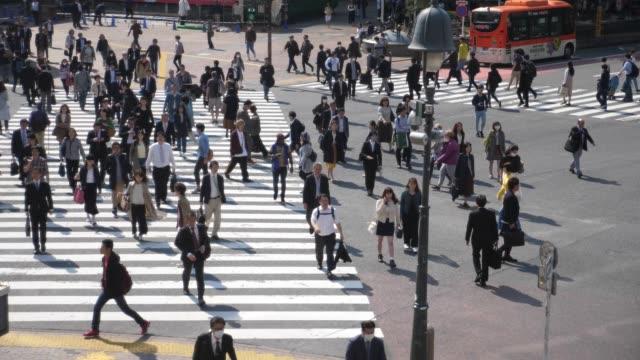 slomo:crowd の人が通りを歩いて - 歩行者点の映像素材/bロール