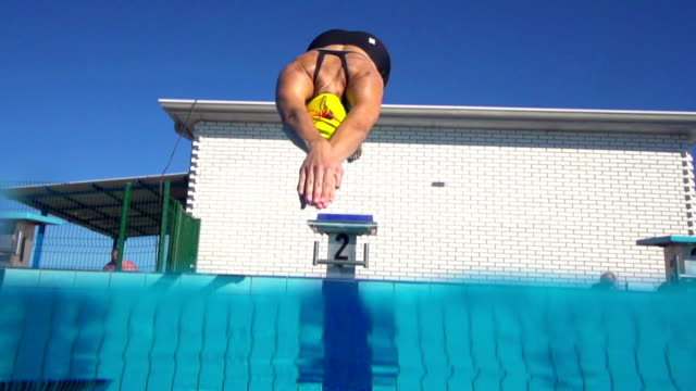 HD Slo-Mo:Young Women Starting the Race on 100 m Crawl