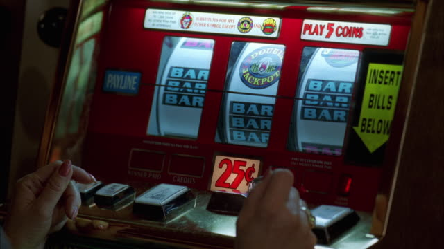 stockvideo's en b-roll-footage met ms slot machine wheels on twenty five cent machine / las vegas, nevada, usa - gokken