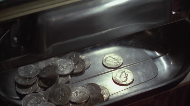 vídeos de stock e filmes b-roll de cu slot machine with coins falling - sorte