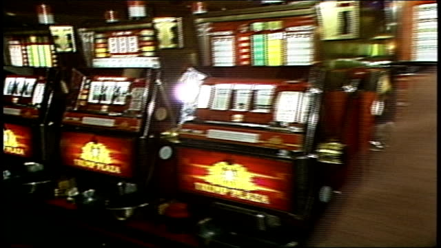 stockvideo's en b-roll-footage met slot machines tracking shot - casino
