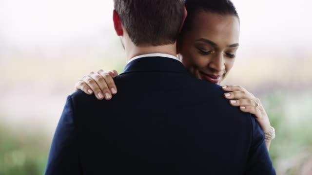 vidéos et rushes de lent et régulier fait l'affaire - couple marié