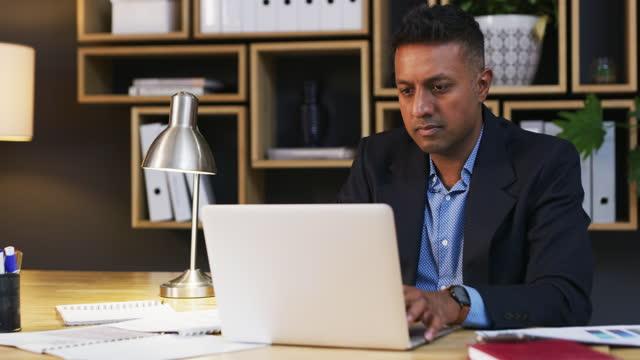 vidéos et rushes de lent et régulier gagne la course aux affaires - asian and indian ethnicities