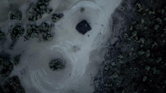 Langsamen Kreis über Steinen und Muster in rissige Erde