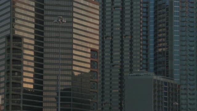 vídeos y material grabado en eventos de stock de slow, closeup pan from left to right of the atlanta skyline during dusk. - escritura occidental