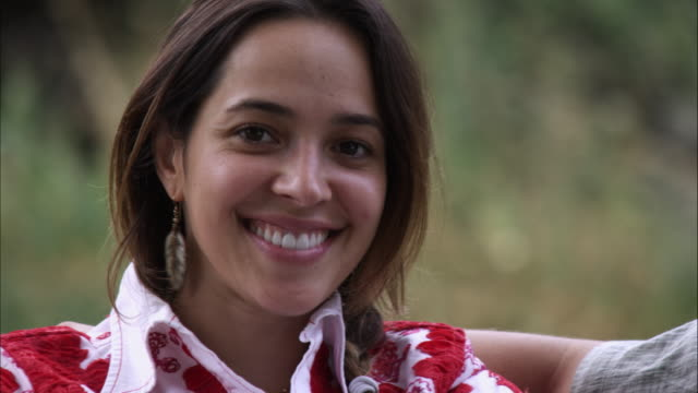 slow close-up tracking shot of a young woman's beautiful face outdoors - オレム点の映像素材/bロール