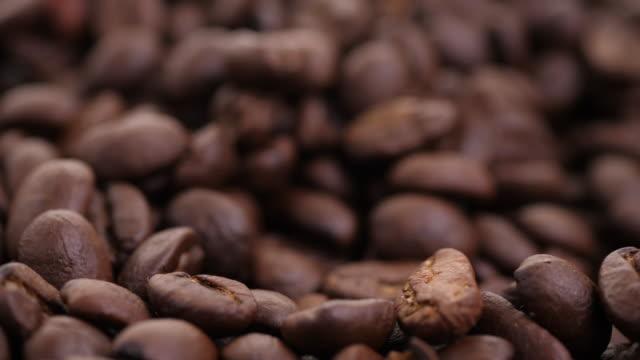スローコーヒー豆スローモーションビデオ - モカ点の映像素材/bロール