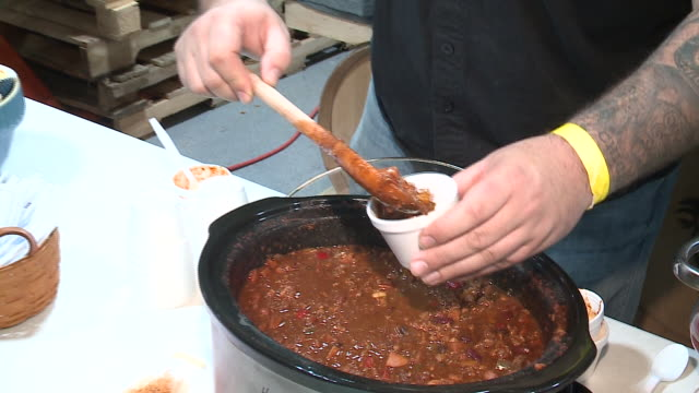 wgn slow cookers filled with chili at a chili cookoff event in chicago on january 21 2018 - chilli con carne video stock e b–roll