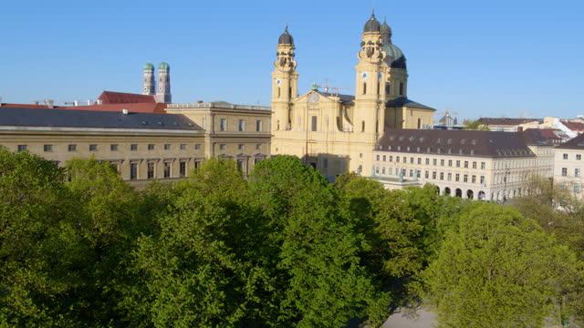 slow descend from theatiner church toward hofgarten - rathaus stock videos & royalty-free footage