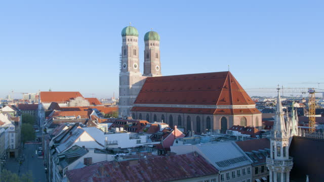 slow descend toward church of our lady with townhall in foreground - rathaus stock videos & royalty-free footage