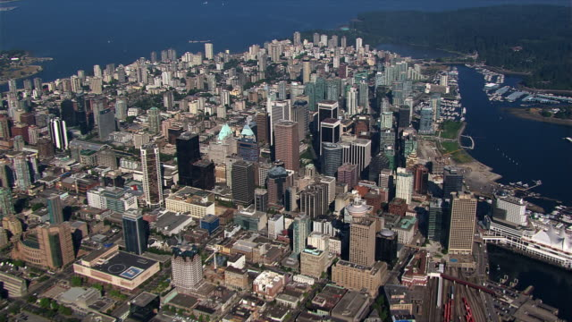 vídeos de stock, filmes e b-roll de slow flight over downtown vancouver - vancouver