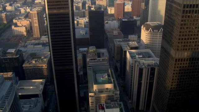 vídeos y material grabado en eventos de stock de slow flight over skyscrapers toward construction site in los angeles. shot in 2008. - artbeats