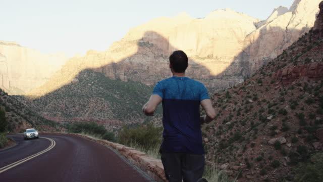 4K Slow Mo: attraktive junge Mann joggen durch den Zion