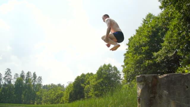 遅い mo: 男が水にジャンプ - 水に飛び込む点の映像素材/bロール