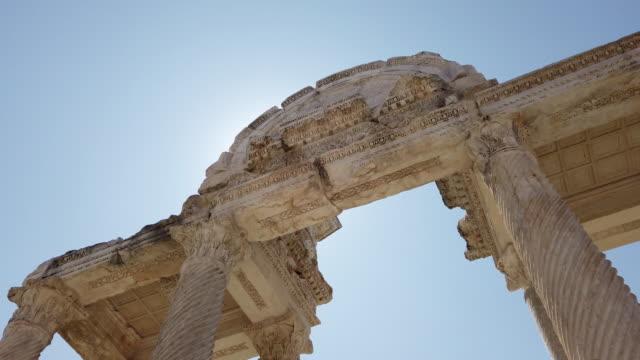 langsame mo von tetrapylon von aphrodisias antike stadt in der nähe von artemis tempel - mythologie stock-videos und b-roll-filmmaterial