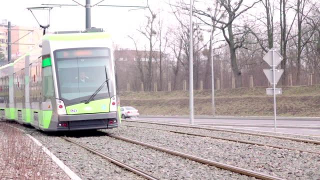 vidéos et rushes de lent dans le missouri : tramway gauche derrière : passager, billets de train de banlieue - ligne de tramway