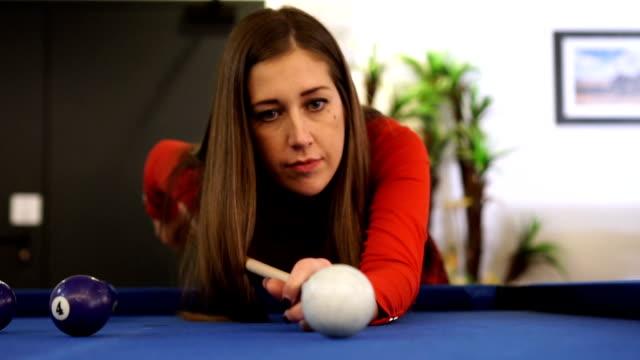 vídeos y material grabado en eventos de stock de lento mo-hermosa mujer morena jugando billar. - salón de billares