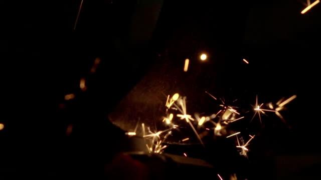 vídeos de stock, filmes e b-roll de câmera mo: cada ferramenta elétrica moedor de machado de pedra - afiado
