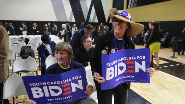 vídeos de stock e filmes b-roll de **slow motion 120 fps, no sound** attendees hold signs before 2020 democratic presidential nomination hopeful joe biden speaks to supporters at... - partidário