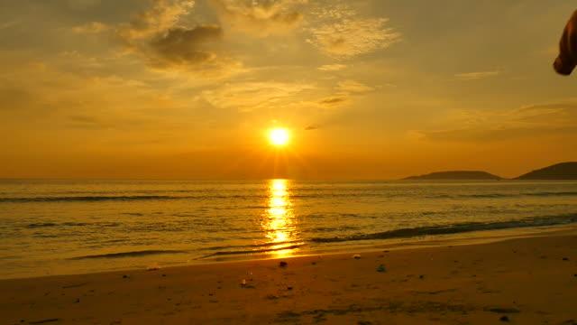 Câmara lenta 96fps: Mulher feliz relaxante na Praia Sunset