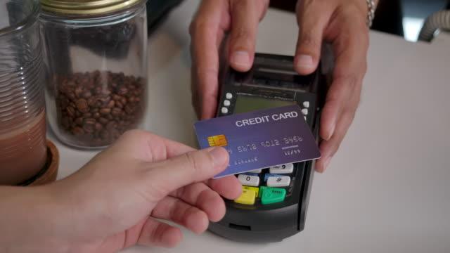 vídeos y material grabado en eventos de stock de 4k slow motion una cafetería es una pequeña tienda de negocios. servicio de aceptación de tarjeta de crédito con un golpe electrónico con tarjeta - pago por móvil