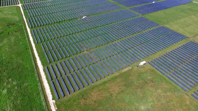 zeitlupe antenne hintergrundgeräusche über solarkraftwerk erneuerbare energie aus der sonne - flugzeugperspektive stock-videos und b-roll-filmmaterial