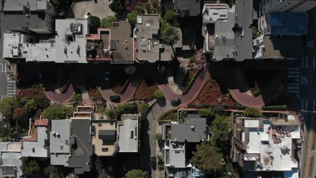 スローモーション空中ビデオ-ロンバードストリートを駆動する車 - サンフランシスコ ロンバード通り点の映像素材/bロール