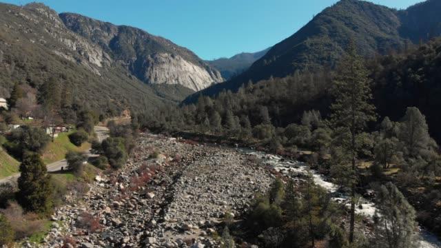 vídeos de stock, filmes e b-roll de vídeo aéreo de slow motion-estrada para o parque nacional de yosemite - cachoeira bridalveil yosemite
