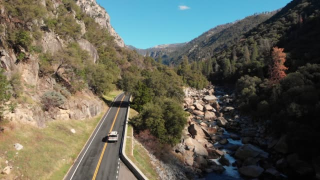 slow motion aerial video-road to yosemite national park - yosemite nationalpark stock-videos und b-roll-filmmaterial