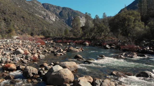 vidéos et rushes de vidéo aérienne slow motion-route vers le parc national de yosemite - yosemite national park