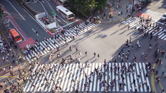 stockvideo's en b-roll-footage met slow motion luchtfoto van een kruising in shibuya, tokio, japan. - shibuya shibuya station