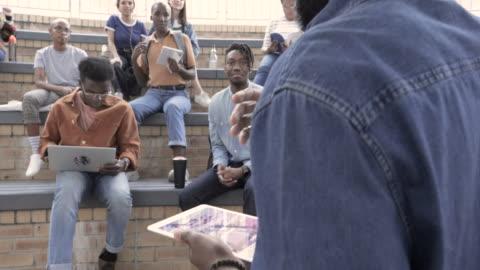 vídeos y material grabado en eventos de stock de slow motion, african american college professor leads outdoor class - universidad